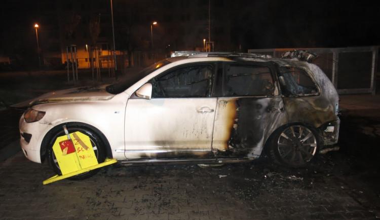 V noci někdo zapálil auto, škoda je 1,5 milionu korun
