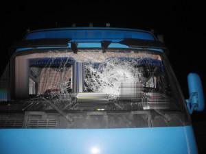Dvojice házela dřevěné špalky na projíždějící auta, způsobili velké škody
