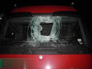 Policie dopadla muže, který házel z mostu špalky na auta