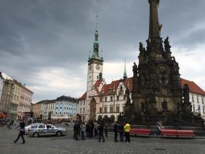 Útočníci slovně napadli iniciátory petice a rozbili petiční stánek v centru Olomouce