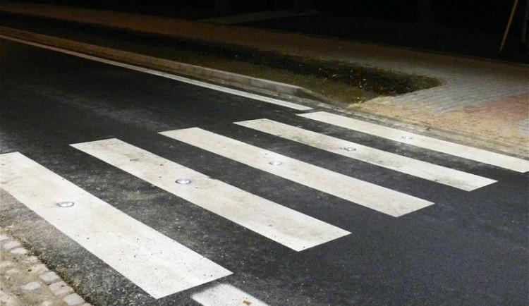 Dívka vběhla na přechod přímo před projíždějící auto, to ji srazilo