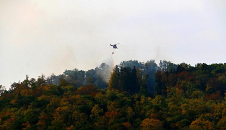Na Libavé hoří od pátku les, hasiči pokračují v hašení i dnes ráno