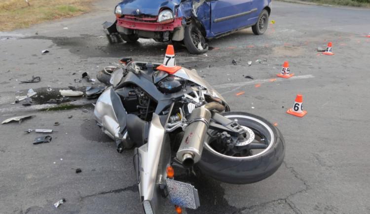 Žena nedala přednost projízdějícímu motorkáři, ten později v nemocnici zemřel
