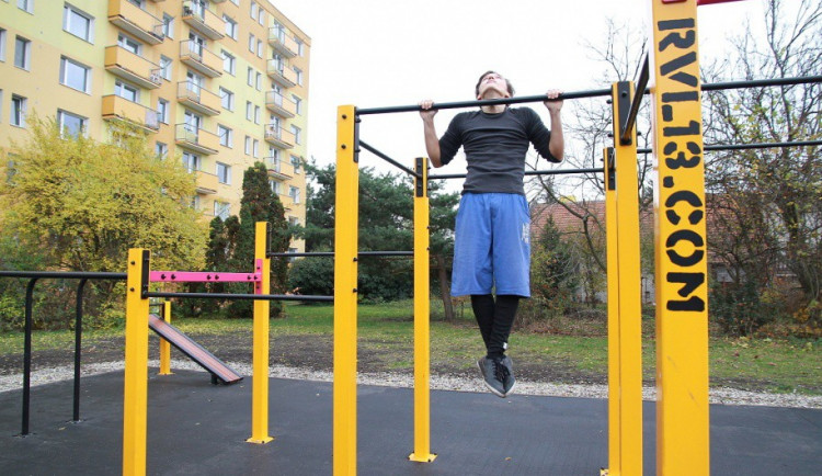 Je libo zacvičit si venku? Na Povlu funguje nová venkovní posilovna