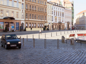 Navigační sloupky na Dolním náměstí slaví úspěch, objeví se i kolem radnice