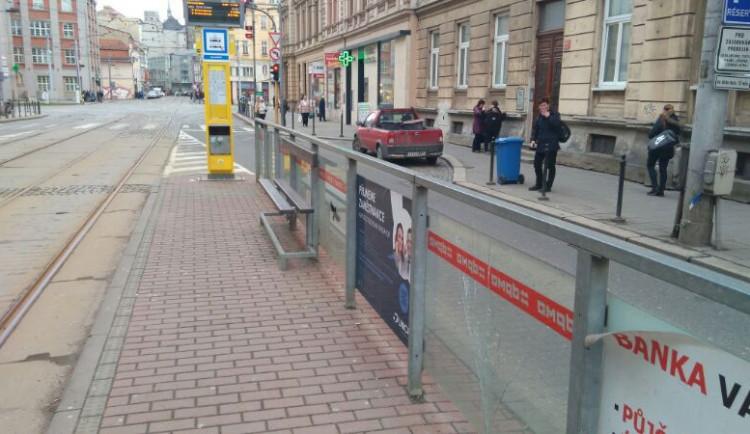 Vandal na ulici Palackého v Olomouci rozbíjel co se dalo