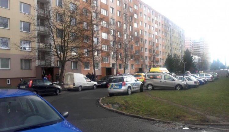 AKTUALIZOVÁNO: Skokana na Heyrovského se nepodařilo oživit, zdravotníci konstatovali smrt