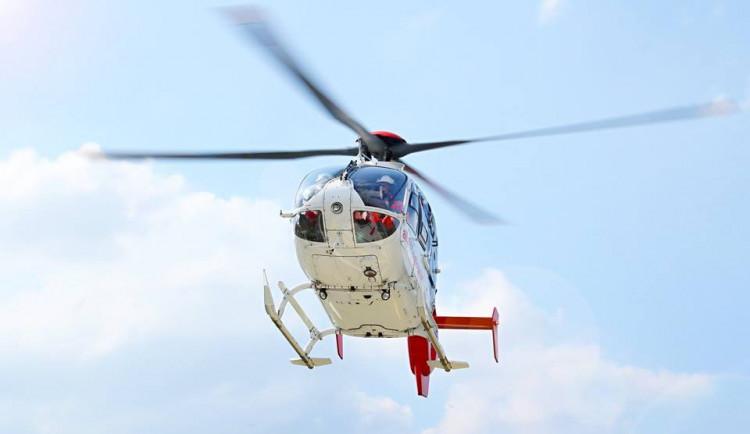 Muž vypadl ze sedmého patra, záchranářům se ho podařilo resuscitovat