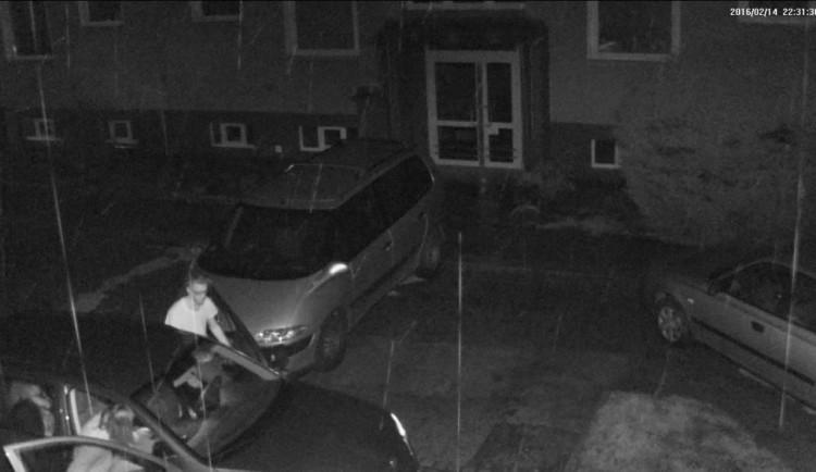 Řidič nacouval svým vozem do druhého auta, poté ujel. Nepoznáte ho na snímku z kamery?