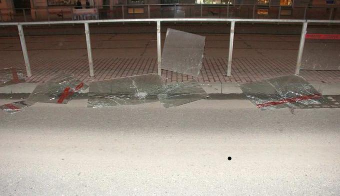 Muž, který zdemoloval tramvajovou zastávku na Palackého, byl vzat do vazby