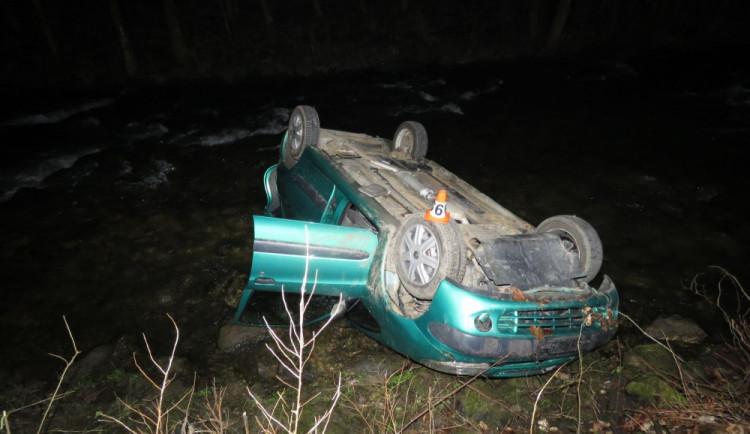 Opilý řidič se lekl lesní zvěře, s autem skončil na střeše v řece
