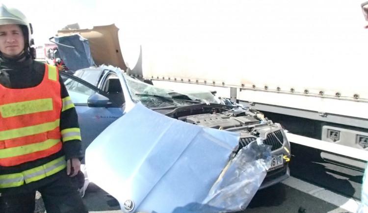 U Nemilan došlo ke smrtelné dopravní nehodě, řidič s osobním autem narazil do stojícího náklaďáku