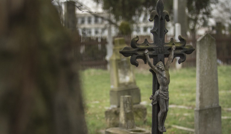 FOTOREPORT: Válka kosí všechny, vojenský hřbitov v Černovíře je toho smutným mementem