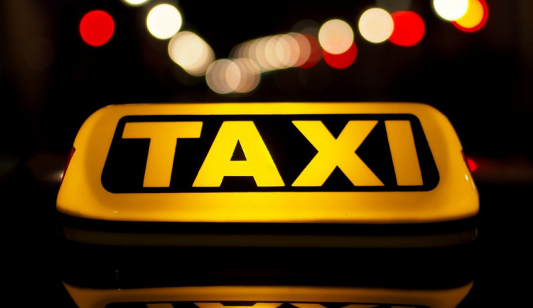 Vandal poškodil před Varnou zaparkovaného taxíka, přední kapotu poškodil pěstmi