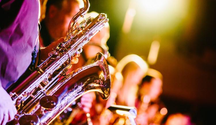 Opilý hudebník ztratil při cestě z plesu své dva saxofony, přijít si pro ně musel na policii