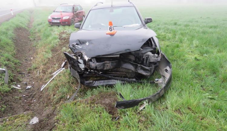 Nepozorná řidička na křižovatce nedala přednost, auta po střetu skončila mimo silnici