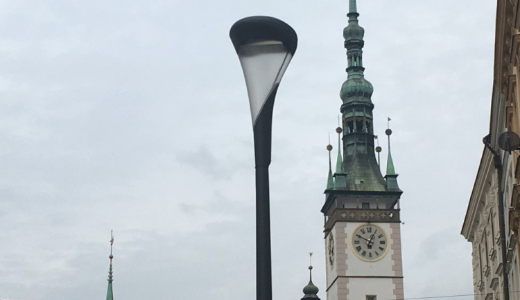 Město výměnou lamp na Horním náměstí porušilo autorská práva. Architektovi má zaplatit 100 tisíc