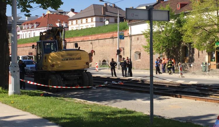 AKTUALIZOVÁNO: Při opravách kolejiště na úseku Okresní soud – Tržnice přejel bagr dělníka