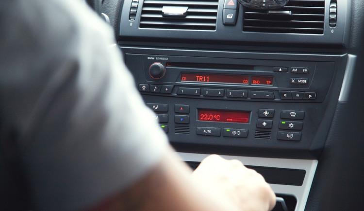 Muž si šel zabruslit na Hejčínské louky, když se vrátil ke svému autu, seděl v něm cizí muž