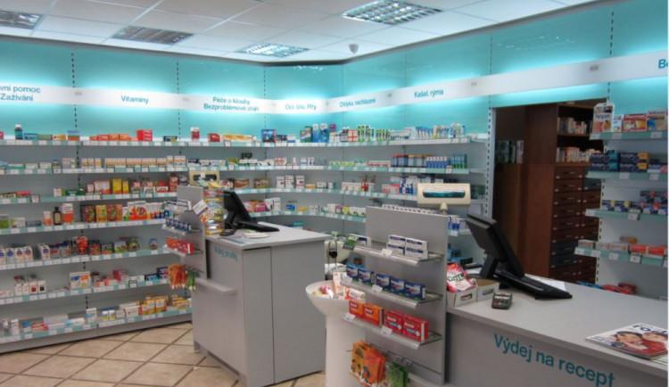 Zloděj se vloupal do lékárny na Wellnerově ulici, odnesl si 72 tisíc korun a příruční pokladnu