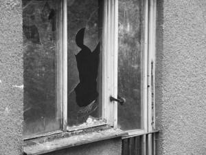 Zloděj se vloupal v Křelově na pozemky pěti domů, bral šperky i zabezpečovací zařízení