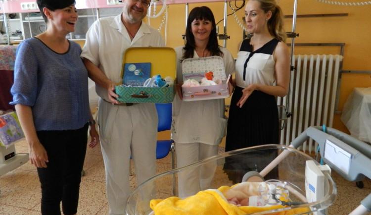 Odložené děti dostanou v olomoucké porodnici kufřík, obsahuje vzpomínky na jejich první dny