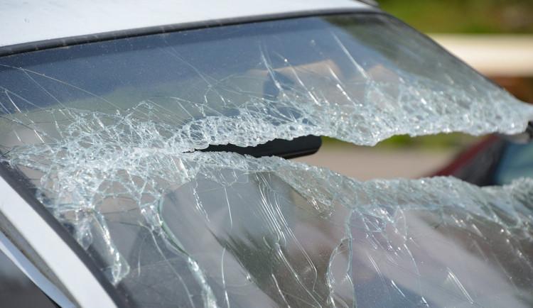 Výtržník rozbil čelní sklo autobusu, hrozí mu rok vězení