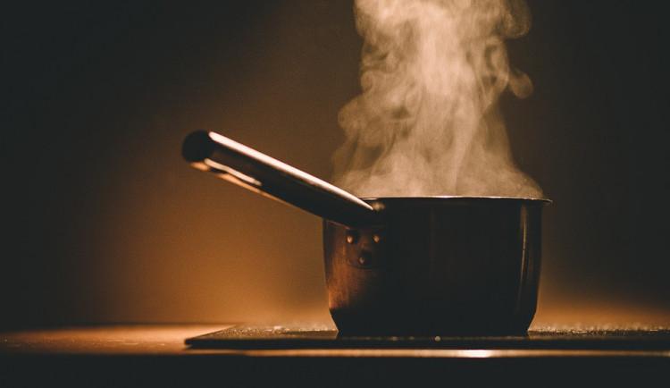 V kuchyni v bytě na Jánského ulici hořely potraviny na plotně, dva lidé se nadýchali zplodin