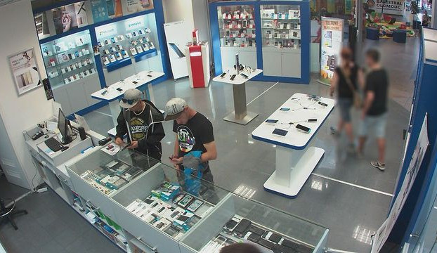 Zloději ukradli v prodejně obchodního domu mobil, zachytila je kamera. Nepoznáváte je?