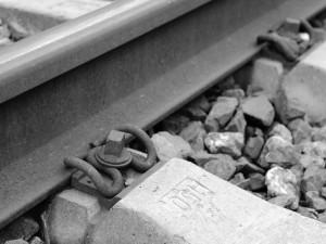 Ve Slavoníně přejel projíždějící vlak seniorku, na místě zemřela