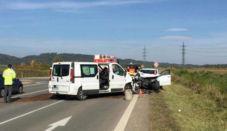 Záchranáři vyjížděli k vážné nehodě dvou osobních aut, šest lidí se zranilo