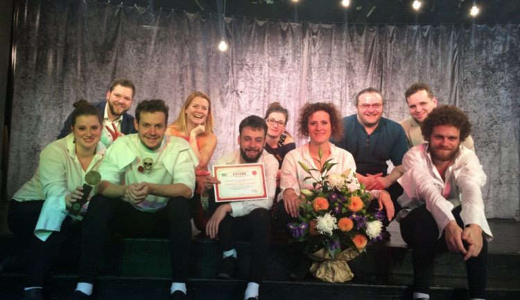 Olomoucké Divadlo Tramtarie se představilo s Nahatým Shakespearem v Bukurešti, tleskalo se ve stoje