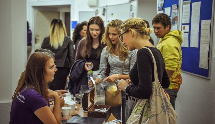 Univerzita Palackého se v pátek otevře zájemcům o studium. Hlásit se jich bude přibližně 30 000