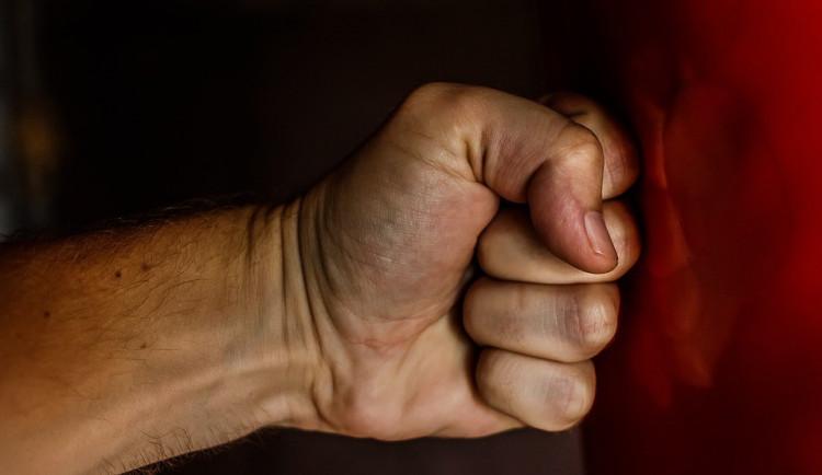 Muž na Štědrý den napadl svoji matku, policie ho vykázala ze společné domácnosti