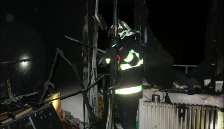 Dnes vbrzkých ranních hodinách hořelo vProstějově. Při požáru došlo ke zranění tři osob