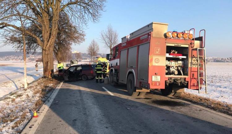 AKTUALIZOVÁNO: V aleji mezi Olomoucí a Samotiškami narazila řidička do stromu, její stav je vážný