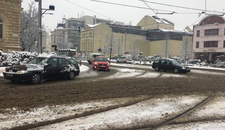 Policie i hasiči Olomouckého kraje upozorňují na nebezpečnou situaci na silnicích