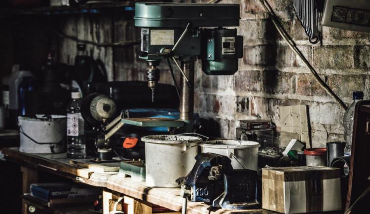 Zloděj vykrádal garáže v Řepčíně, škoda dosahuje téměř sto tisíc