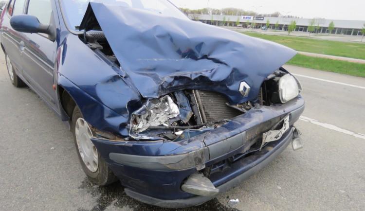 Seniorka přehlédla kolonu u kruhového objezdu a narazila se svým vozem zezadu do stojícího auta