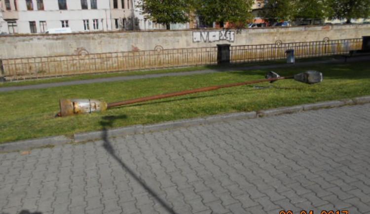 Slacklinista vyvrátil sloup veřejného osvětlení. Případ bude řešit státní policie