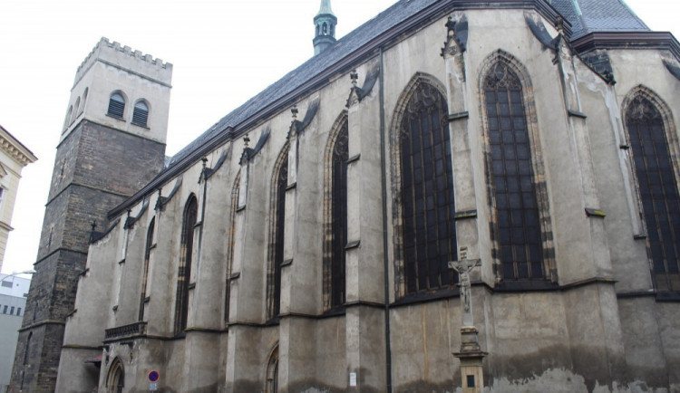 """""""Věž sebevrahů"""" kostela svatého Mořice je znovu otevřena. Zabezpečení na jejím vrcholu stále chybí"""