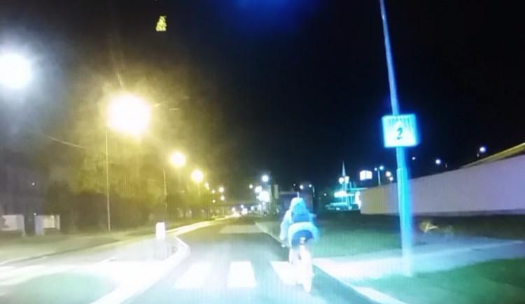 VIDEO: Opilá cyklistka jela v protisměru, nadýchala téměř dvě promile