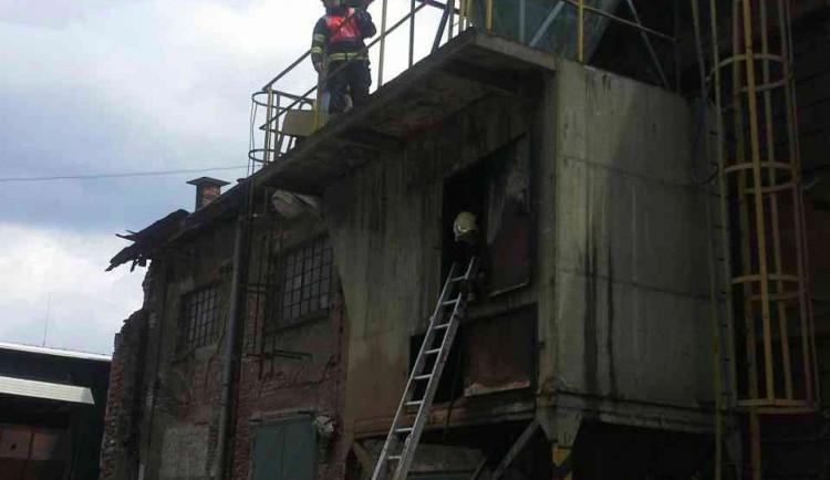 V řepčínském silu hořely piliny. Hasiči museli využít zařízení Cobra