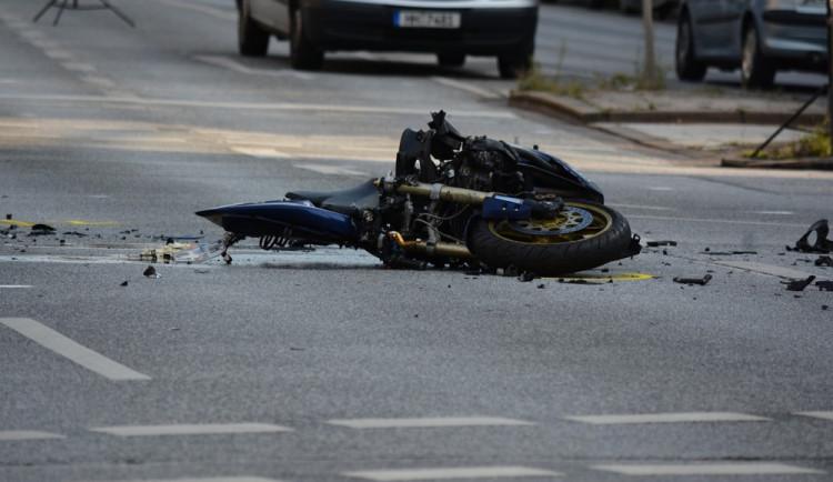 Sváteční den se neobešel bez vážných nehod, na Přerovsku se zabil o strom mladý motorkář