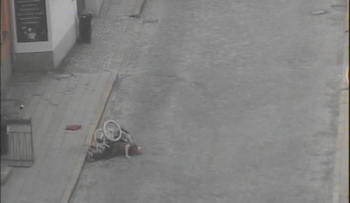 Opilý vozíčkář opakovaně přepadával z chodníku do vozovky, po hodině byl převezen do nemocnice
