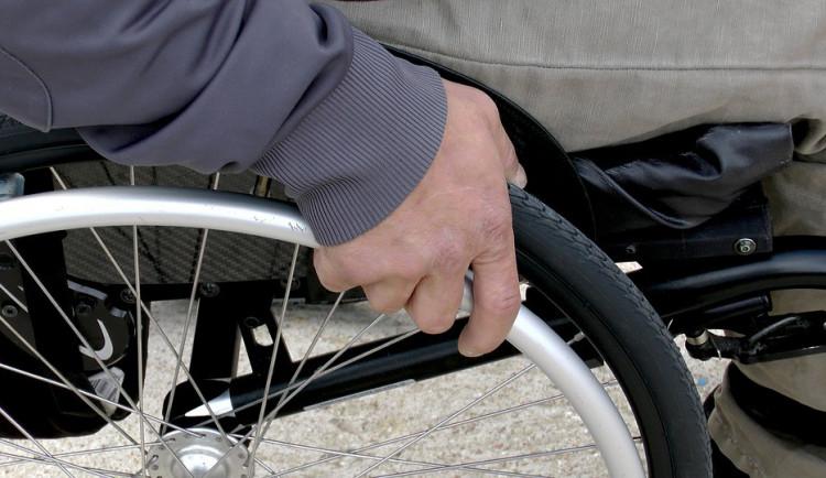 Při nočním požáru rodinného domu se zranil muž na invalidním vozíku