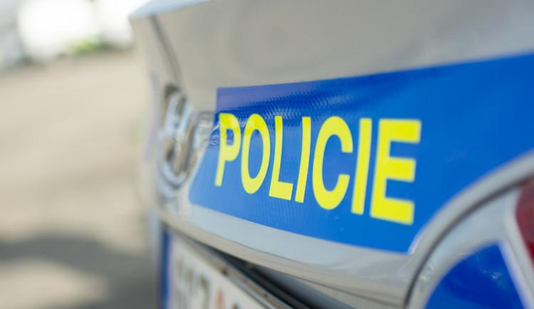 Žena narazila na sjezdu z dálnice u Velké Bystřice se svým autem do stojícího policejního vozu, tři zranění
