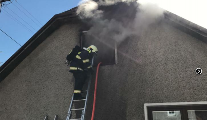 VIDEO: V Pohořanech hořel rodinný dům. Dva lidé se zranili, přiletět musel i záchranářský vrtulník