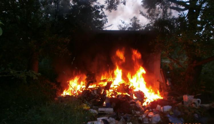 Na Chelčického ulici hořela hromada odpadků. Požár objevili olomoučtí strážníci