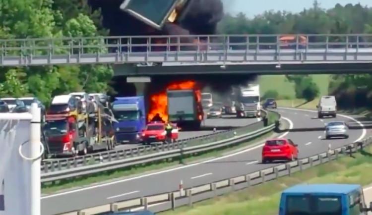AKTUALIZOVÁNO: Na dálnici u Olšan hoří návěs od kamionu, převážel plasty